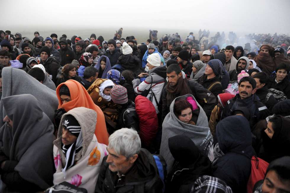 Migrants wait to cross the Greek-Macedonian borders near the village of Idomeni, Greece November 20, 2015. Balkan countries have begun filtering the flow of migrants to Europe, granting passage to those fleeing conflict in the Middle East and Afghanistan but turning back others from Africa and Asia, the United Nations and Reuters witnesses said on Thursday. REUTERS/Alexandros Avramidis